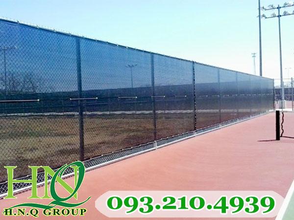 Lưới chắn gió được thi công lắp đặt trực tiếp lên hàng rào lưới B40 quanh sân tennis